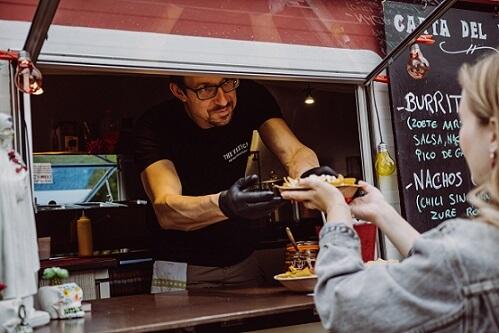 foodtruck bediend klanten op een evenement