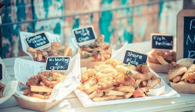 kibbeling & chips bij een foodtruck geserveerd